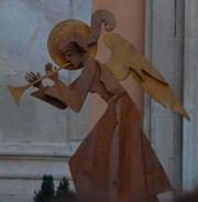 Un angelo con la vuvuzela, parte dello scenario sul palco
